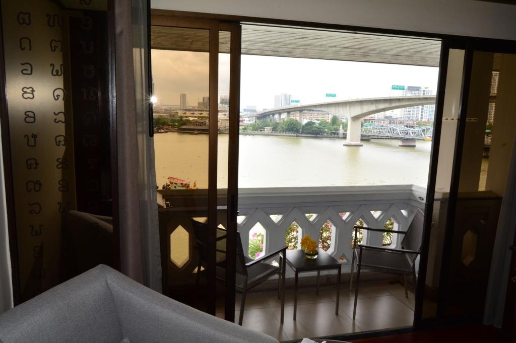 anantara-riverside-bangkok-balcony-river