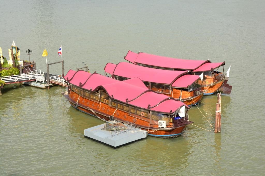 anantara-riverside-bangkok-deluxe-riverfront-boat