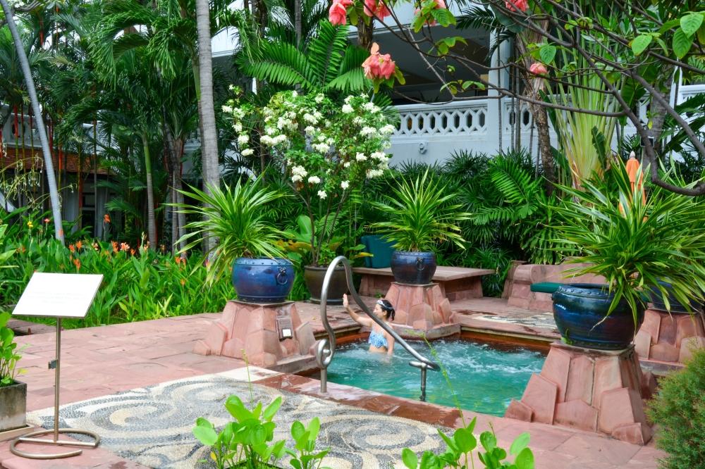 jacuzzi-anantara-riverside-bangkok