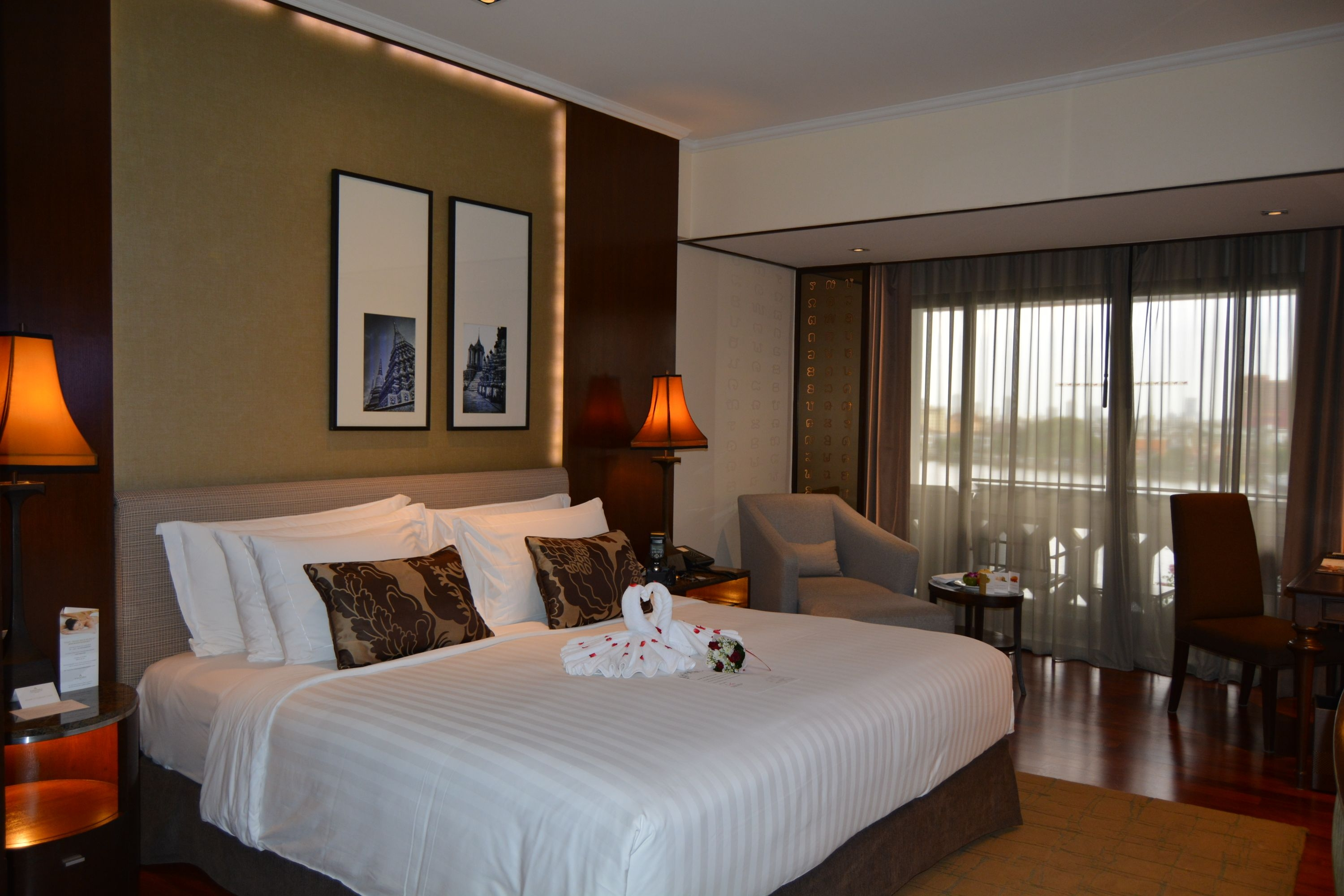 bedroom-bed-anantara-riverside-bangkok
