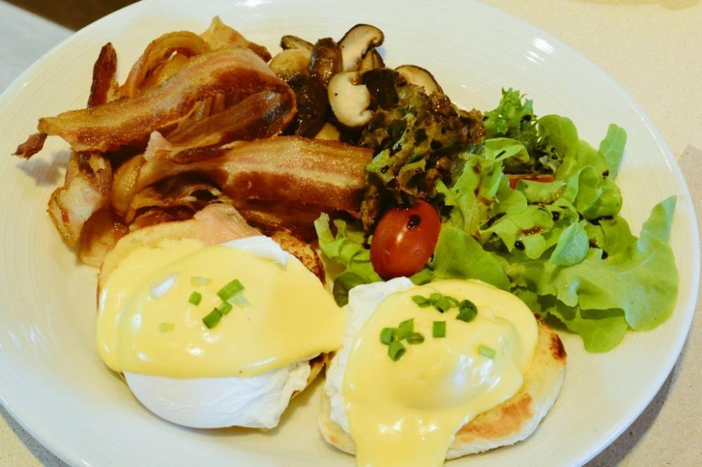 egg benedict cuisine unplugged pullman bangkok king power