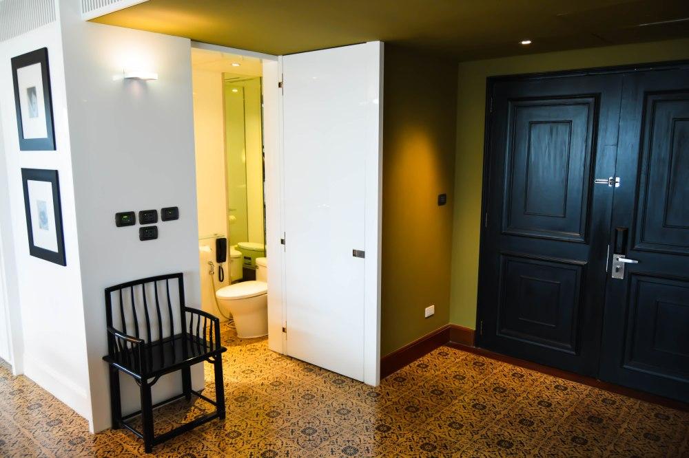 entryway guest toilet premier-deluxe-suite-grand-hyatt-erawan-bangkok