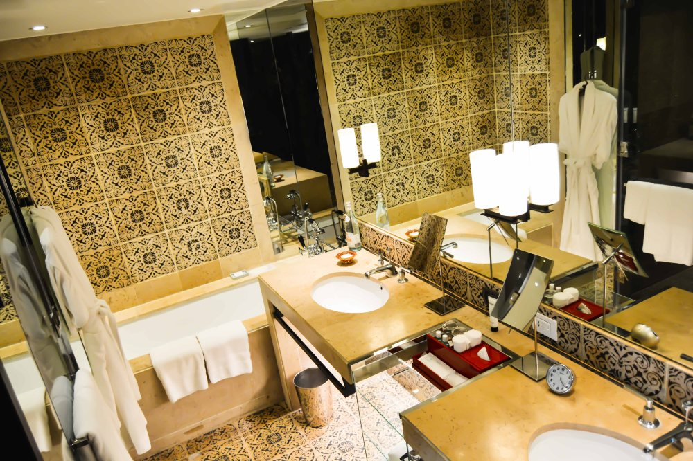 en suite bathroom premier-deluxe-suite-grand-hyatt-erawan-bangkok