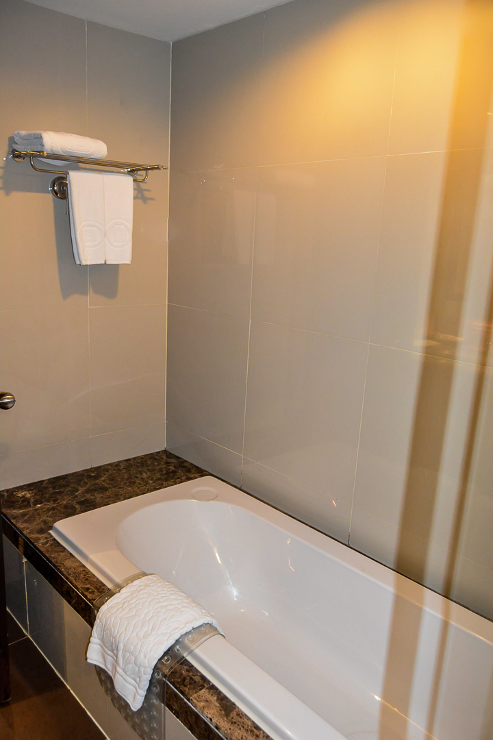 bath luxury room Berkeley Hotel Pratunam bangkok