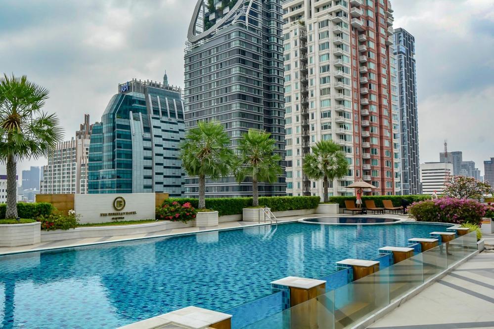 pool bangkok Berkeley Hotel Pratunam-82