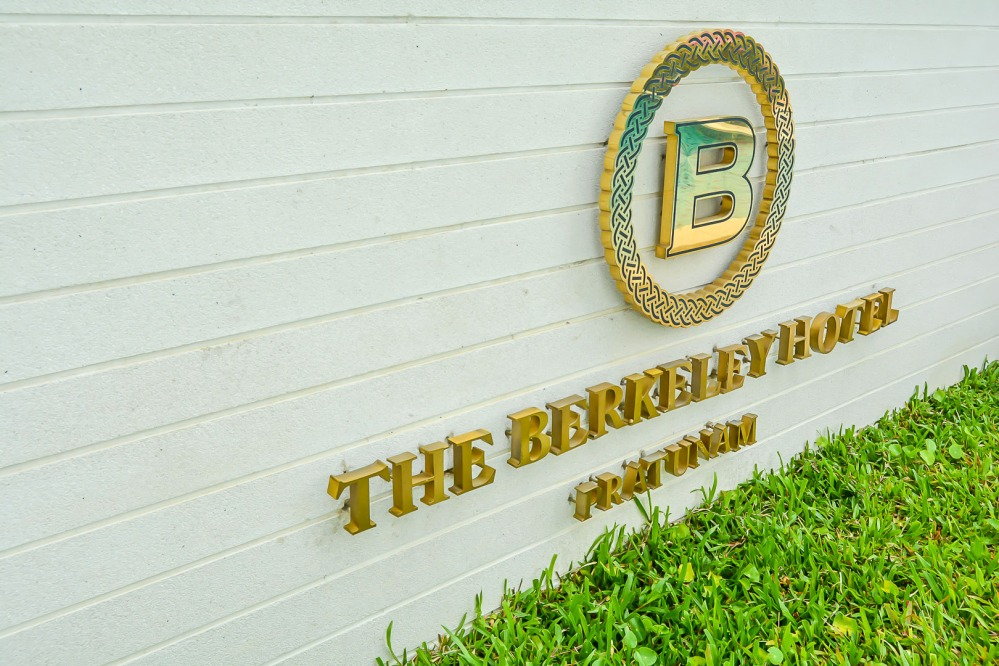 sign Berkeley Hotel Pratunam bangkok